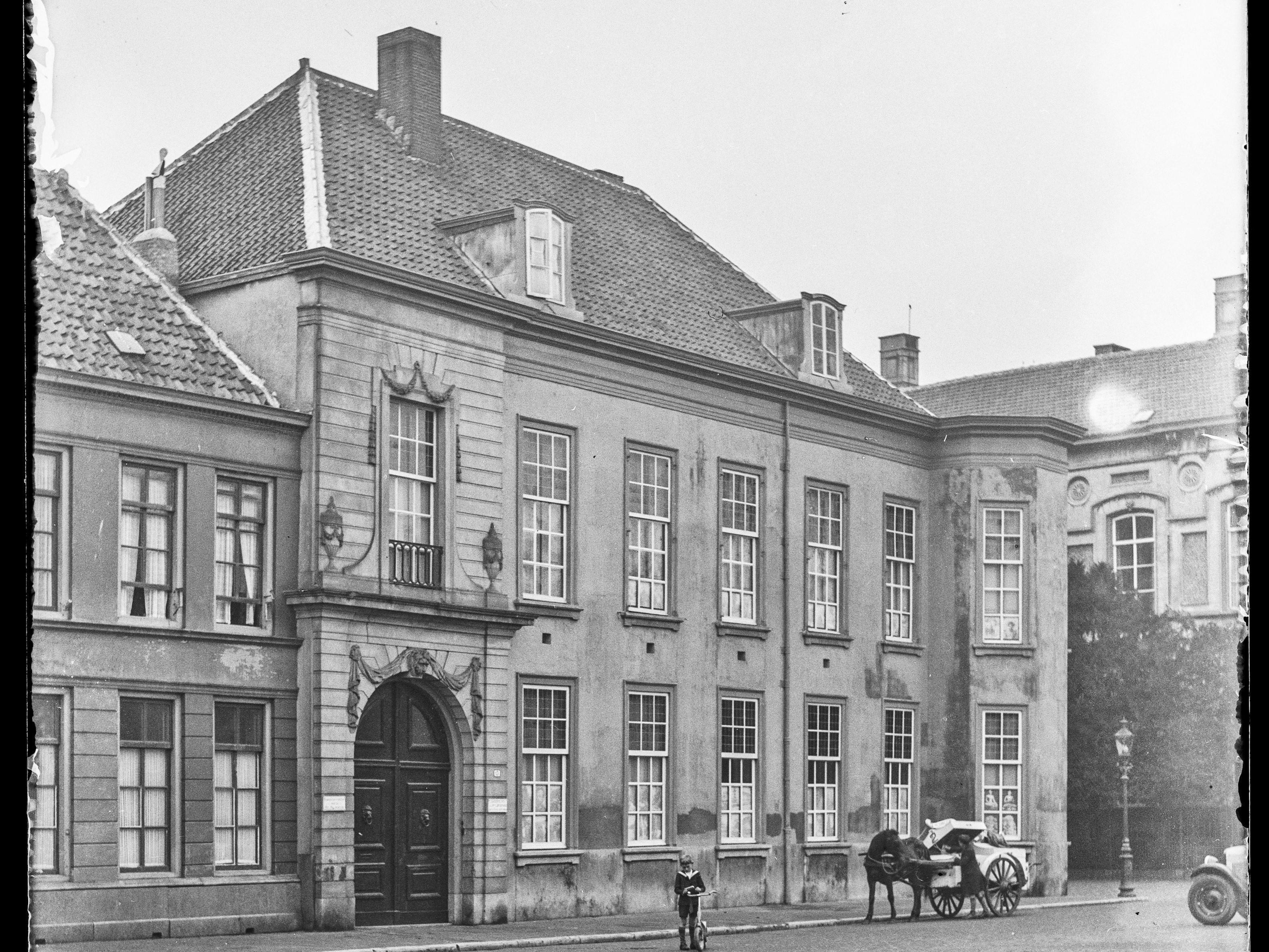 Hier zou je een oude foto moeten zien van het gebouw waarin het gerechtshof zitting hield.